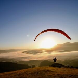 雲海とパラグライダー