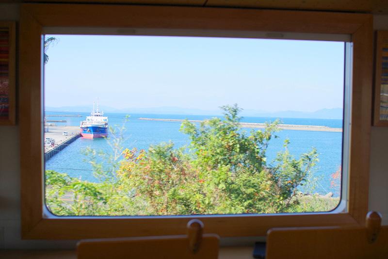 車窓から見える八代海(不知火海)と東シナ海