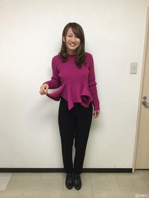 裾フリル×黒パンツで大人っぽ可愛い!